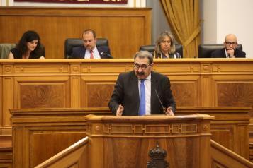El consejero de Sanidad durante el debate sobre la carrera profesional en el Pleno de las Cortes