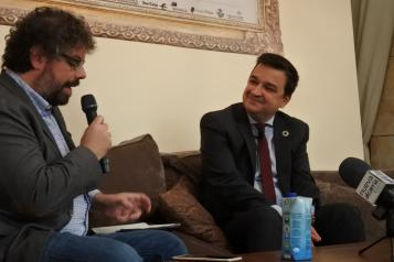 El consejero de Agricultura, Agua y Desarrollo Rural, Francisco Martínez Arroyo durante su entrevista con el escritor Sergio del Molino