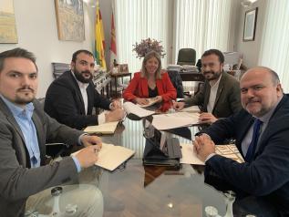 El consejero de Desarrollo Sostenible, José Luis Escudero, mantiene una reunión de trabajo con la alcaldesa de Alcázar de San Juan, Rosa Melchor