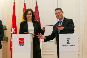 Firma la renovación del convenio de la tarjeta abono transporte con la presidenta de la Comunidad de Madrid