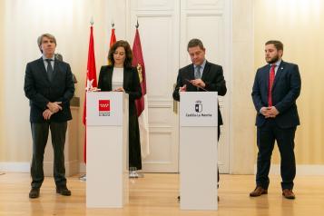 Firma la renovación del convenio de la tarjeta abono transporte con la presidenta de la Comunidad de Madrid (II)