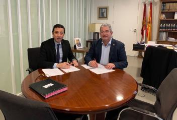 El Gobierno regional y el Ayuntamiento de Quintanar firman un convenio para ofrecer el programa 'Tu salud en marcha' en el Centro de Mayores de la Junta ubicado en el municipio