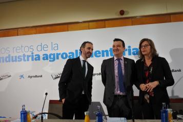 El consejero de Agricultura, Agua y Desarrollo Rural, Francisco Martínez Arroyo, protagoniza el desayuno informativo 'Los retos de la industria agroalimentaria'