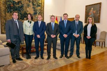 Reunión, en el Palacio de Fuensalida, en Toledo, con el presidente de la Diputación Provincial de Cuenca, Álvaro Martínez Chana, y el alcalde de la capital conquense, Darío Dolz