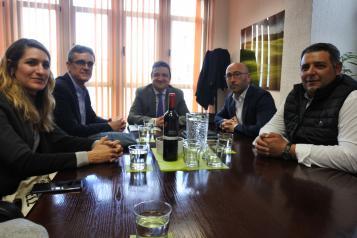 El consejero de Agricultura, Agua y Desarrollo Rural, Francisco Martínez Arroyo, mantiene una reunión de trabajo con la Denominación de Origen de vino Jumilla