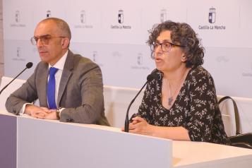 El director general de Salud Pública de la Consejería de Sanidad, Juan José Camacho, y la directora general de Atención Primaria del SESCAM, Natalia Valles, presentan el 'Plan Respira'
