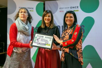 La directora del Instituto de la Mujer, Pilar Callado, presenta el cupón ONCE con motivo del Día de la Igualdad Salarial en la sede de la ONCE en Toledo.