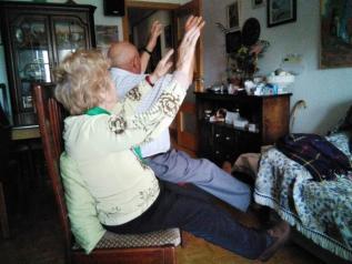 Fisioterapeutas del SESCAM elaboran consejos y tablas de ejercicio para que las personas mayores se mantengan activas durante el aislamiento domiciliario