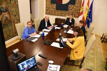 El presidente de Castilla-La Mancha, Emiliano García-Page, mantiene una videoconferencia con representantes del sector social de la región