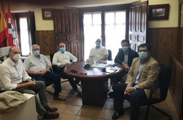 Bienestar Social y el Ayuntamiento de Oropesa repasan la normativa referente a la reapertura del centro de mayores de la localidad