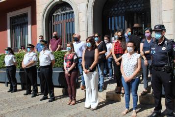 La consejera de Igualdad y portavoz del Gobierno regional, Blanca Fernández asiste al minuto de silencio convocado por el Ayuntamiento de Valdepeñas con motivo del reciente asesinato de una vecina de la localidad.