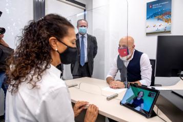 El consejero de Hacienda y Administraciones Públicas, Juan Alfonso Ruiz Molina, presenta el nuevo servicio de video interpretación en lengua de signos para personas con discapacidad auditiva.