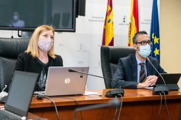 La directora general de Economía Circular, Marta Gómez Palenque, acompañada del director general de Administración Digital, Juan Ángel Morejudo, presenta el nuevo portal web de Economía Circular de Castilla-La Mancha.