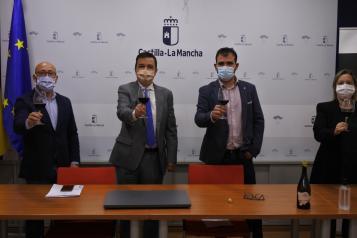 El consejero de Agricultura, Agua y Desarrollo Rural, Francisco Martínez Arroyo, ofrece, junto al presidente de la DO Almansa, una rueda de prensa para presentar la nueva imagen de sus vinos