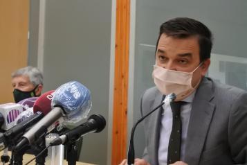 El consejero de Agricultura, Agua y Desarrollo Rural, Francisco Martínez Arroyo, interviene en la clausura de la Asamblea Extraordinaria de la Asociación Provincial de Agricultores y Ganaderos (APAG)