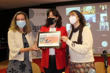 La consejera de Igualdad y portavoz del Gobierno regional, Blanca Fernández, presenta el cupón conmemorativo de la ONCE con motivo del Día Internacional de la Eliminación de la Violencia contra las Mujeres.