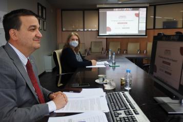 El consejero de Agricultura, Agua y Desarrollo Rural, Francisco Martínez Arroyo, interviene por videoconferencia, desde la Consejería, en el Foro de la Alimentación organizado por Qcom.es bajo el título 'El debate de la PAC en España'.
