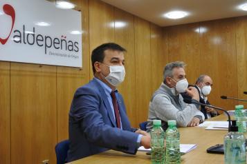 El consejero de Agricultura, Agua y Desarrollo Rural, Francisco Martínez Arroyo, asiste a la reunión de la Junta Directiva de la DO Valdepeñas