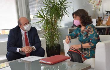 El vicepresidente de Castilla-La Mancha, José Luis Martínez Guijarro, se reúne con la alcaldesa de Ciudad Real, Pilar Zamora, para abordar las inversiones del Gobierno regional en la ciudad.