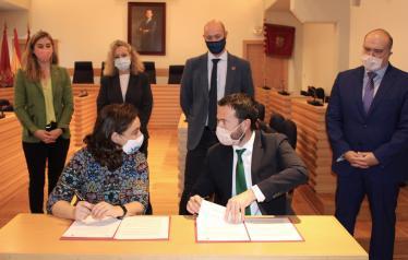 El consejero de Desarrollo Sostenible, José Luis Escudero, mantiene una reunión de trabajo con la alcaldesa de Ciudad Real, Pilar Zamora