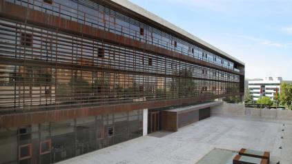 Sanidad utiliza una planta de la Residencia Virgen del Prado para que los pacientes que reciben el alta hospitalaria tras su curación y necesitan guardar cuarentena lo hagan en las mejores condiciones