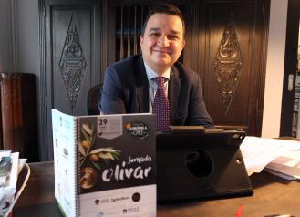 El consejero de Agricultura, Agua y Desarrollo Rural, Francisco Martínez Arroyo, inaugura la jornada 'Olivar de bajo rendimiento. Diferenciarse para vivir'