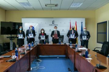 El consejero de Desarrollo Sostenible, José Luis Escudero, firma un convenio de colaboración con CERMI CLM, ANGED, ASUCAM y ACES para la implementación de un servicio de apoyo en la compra para personas consumidoras mayores y con discapacidad