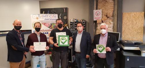 El Gobierno regional entrega el distintivo a las 'Mejores prácticas de Consumo' al establecimiento Repair Café Toledo cuyo objetivo es reducir los residuos y promover la economía colaborativa