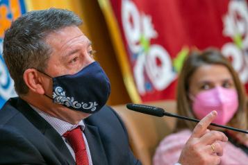 Emiliano García-Page SánchezSeguir Firma de cesión de terrenos para un centro de mayores y un centro de Alzheimer