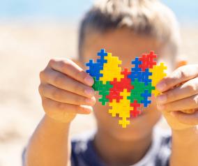 El Gobierno regional atiende de forma especializada en recursos sociales a 145 niñas y niños con trastorno del espectro del autismo diariamente