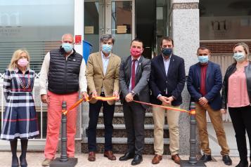 El consejero de Agricultura, Agua y Desarrollo Rural, Francisco Martínez Arroyo, inaugura a nueva sede de la Denominación de Origen 'Méntrida'.