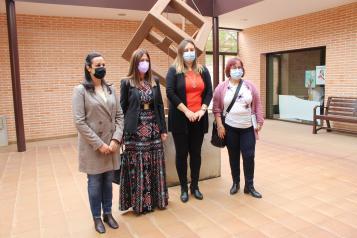 La directora del Instituto de la Mujer, Pilar Callado, visita el Centro de la Mujer de Manzanares