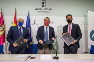 El consejero de Agricultura, Agua y Desarrollo Rural y presidente de la Fundación Dieta Mediterránea, Francisco Martínez Arroyo, ha firmado un acuerdo con representantes de la IGP 'Berenjena de Almagro'.