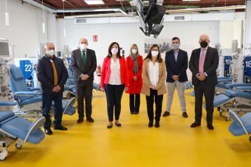 La directora gerente del SESCAM, Regina Leal, visita las nuevas instalaciones del centro de Hemodiálisis concertado con Avericum en Alcázar de San Juan.