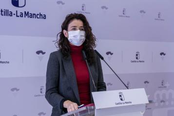 La viceconsejera de Empleo, Diálogo Social y Bienestar Laboral, Nuria Chust, comparece en rueda de prensa para analizar los datos de paro registrado del mes de abril