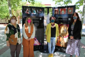 La consejera de Igualdad y portavoz del Gobierno regional, Blanca Fernández, inaugura la exposición 'El paseo de los artesanos'
