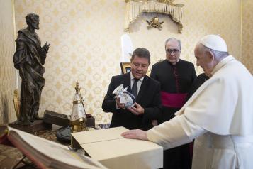 El presidente García-Page es recibido en audiencia por el Papa Francisco