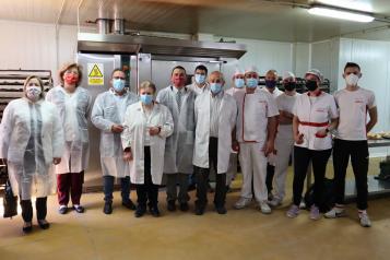 El consejero de Agricultura, Agua y Desarrollo Rural, Francisco Martínez Arroyo, visita la panadería 'Juan Pedro e Hijos', certificada por la IGP Pan de Cruz de Ciudad Real