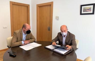 José Luis Cabezas informa al alcalde de Alcolea de Calatrava sobre el nuevo Plan de Empleo promovido por el Gobierno de Castilla-La Mancha