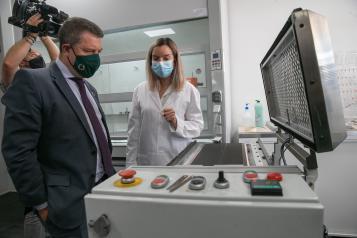 Asiste a la presentación de la planta piloto de producción de celdas para baterías Phi4tech, en Noblejas (Toledo)