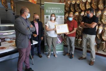 La directora general de Alimentación, Elena Escobar, visita la empresa Jamones Bermejo de Cuenca