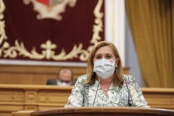 La consejera de Educación, cultura y Deportes, Rosa Ana Rodríguez, interviene desde la tribuna en el debate relativo a la situación de la educación en Castilla-La Mancha, en el Pleno de las Cortes.