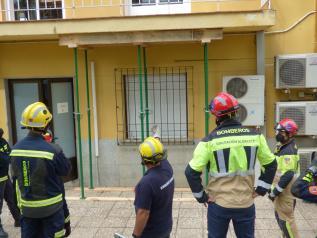 Integrantes de los cuerpos de bomberos de la región aprenden técnicas de apuntalamiento de emergencia para actuar en casos de derrumbe
