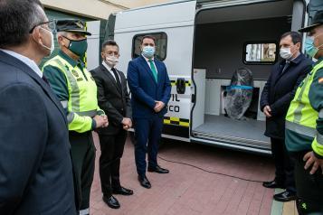 El director de Transportes y Movilidad, Rubén Sobrino, entrega dos furgonetas a la Jefatura Central de Tráfico de la Guardia Civil para reforzar los servicios que desarrolla en materia de transportes