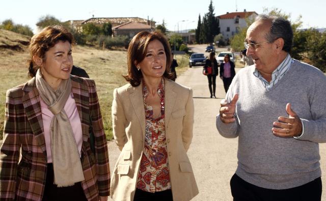La consejera de Fomento de Castilla-La Mancha, Marta García de la Calzada, en la firma del convenio de cesión de la CM-2121 en Torrejoncillo del Rey (Cuenca)