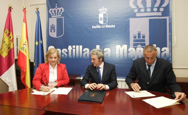Firma del convenio entre el 112 y el Instituto de la Mujer de Castilla-La Mancha