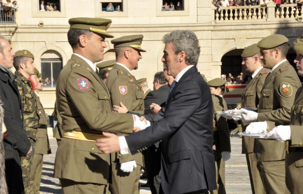 Leandro Esteban impone condecoraciones