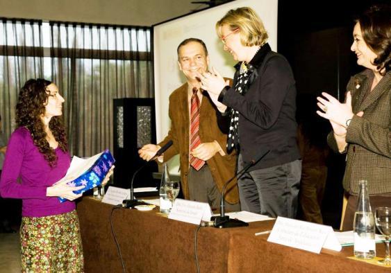 Helena Fernández recibe el premio de manos de la secretaria de Estado de Educación.