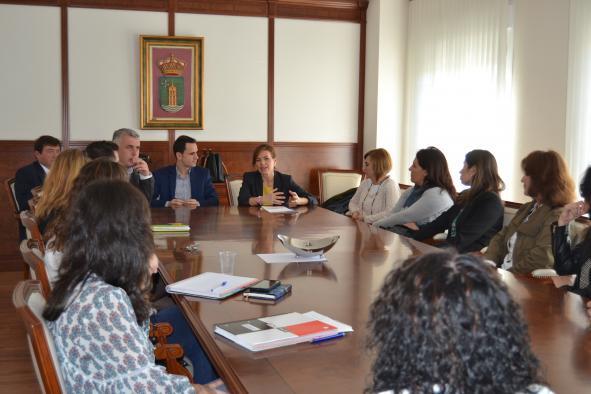 Aurelia Sánchez se reúne con trabajadores sociales en Cabanillas