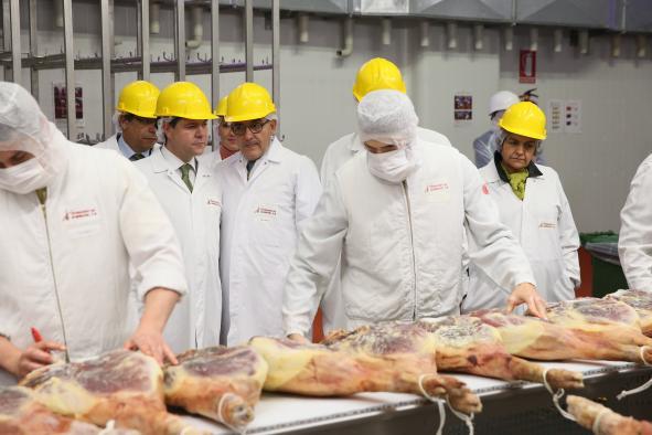 El presidente visita al secadero de jamones de Incarlopsa en Corral de Almaguer